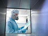 Scientist with product in clean room - Stock Image - C407HJ