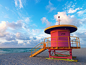 Art Deco style lifeguard station  on South Beach Miami at sunrise - Stock Image - BC5312