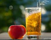 FOOD CONCEPT: Fresh Apple & Glass of Cider - Stock Image - BRDKRB