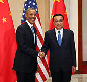 Beijing, China. 12th Nov, 2014. Chinese Premier Li Keqiang (R) meets with visiting U.S. President Barack Obama at the Great Hall of the People in Beijing, capital of China, Nov. 12, 2014. © Liu Weibing/Xinhua/Alamy Live News - Stock Image - EAD3RP