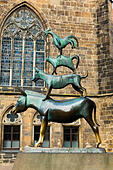 """""""Musicians of Bremen"""" bronze sculpture, Rathaus, Bremen - Stock Image - E744M0"""
