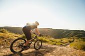 USA,California,Laguna Beach,Mountain biker riding downhill - Stock Image - C4WRF6