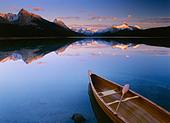 Canoe on Maligne Lake, Jasper National Park, Jasper Banff, Alberta, Canada Property Release - Stock Image - CFBYG3