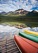 Three canoes on dock at Pyramid Lake, Jasper National Park, Alberta, Canada. - Stock Image - CF3HB6